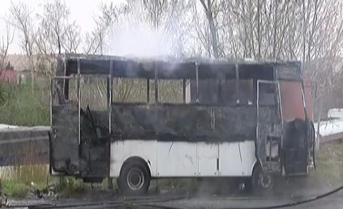 Midibüs madde bağımlısı tarafından yakıldı