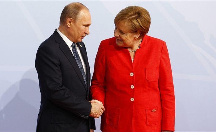 Putin Merkel ile Suriye'yi görüştü