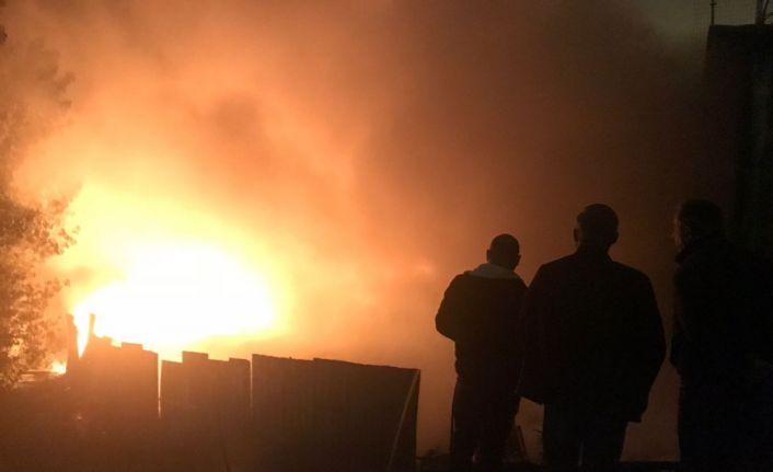 Kauçuk fabrikasında yangın