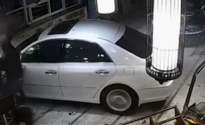 Sarhoş sürücü otomobiliyle lobiye daldı