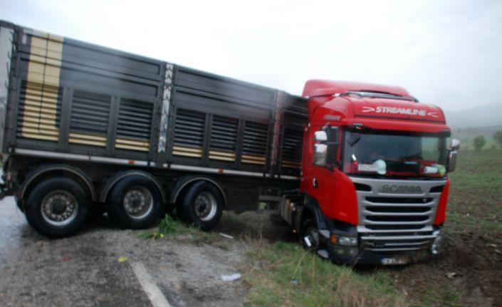 Tır ile kamyonet çarpıştı: 1 ölü, 2 yaralı