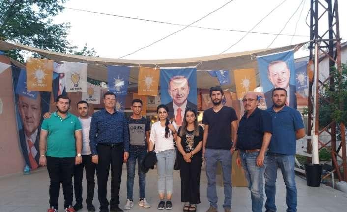 Foça'da broşür dağıtan AK Parti'li gençlere saldırı