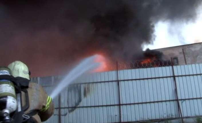 Kağıthane'de fabrika alev alev yanıyor