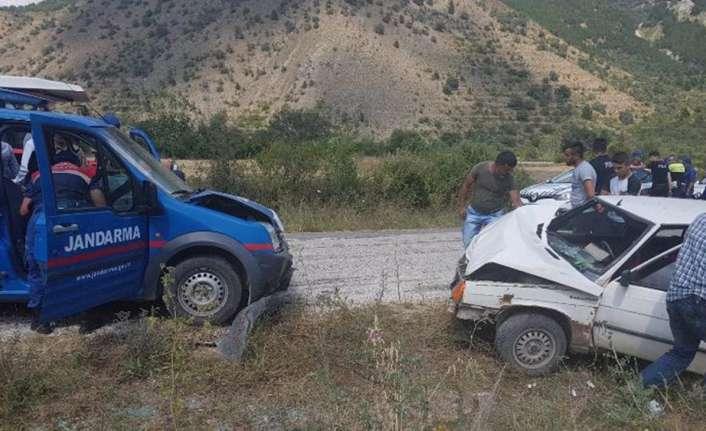 Askeri araç ile otomobil çarpıştı