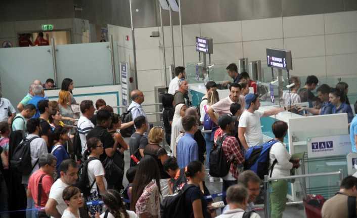 Tatilciler havalimanında uzun kuyruklar oluşturdu
