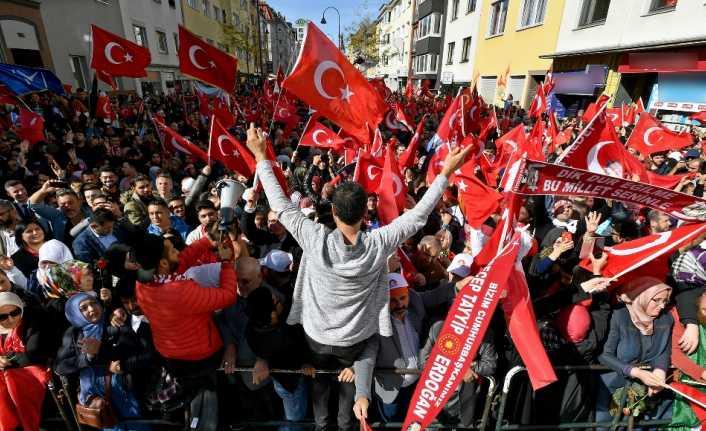 Avrupa'da yaşan Türkler Köln'e akın etti