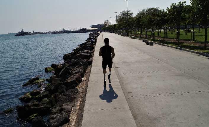 Protez bacaklarıyla hayallerine koşuyor