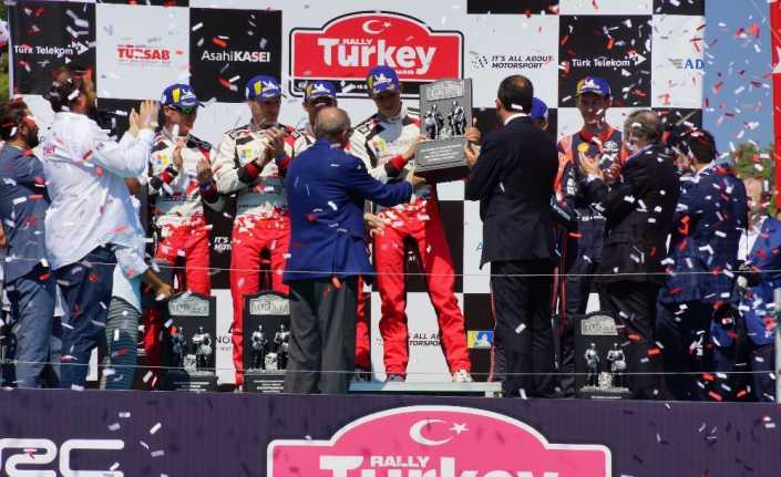 Şampiyonlar kupalarını Erdoğan'ın elinden aldı