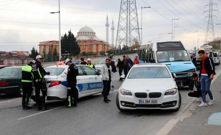 Yolcu minibüsü ile otomobil çarpıştı: 8 yaralı