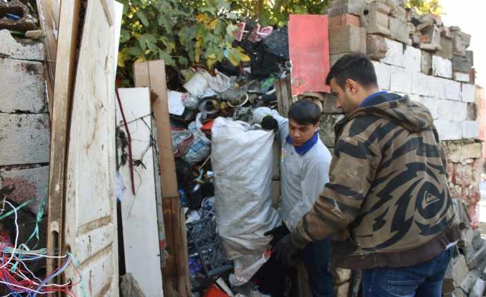Evden 22 kamyon dolusu çöp çıktı