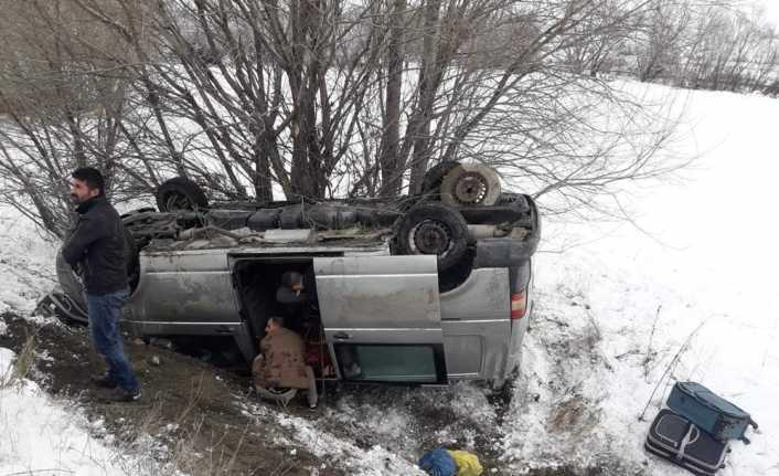 İnşaat işçilerini taşıyan minibüs şarampole devrildi: 4 yaralı