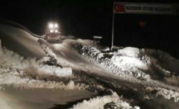 Kar yağışı köy yollarını kapattı