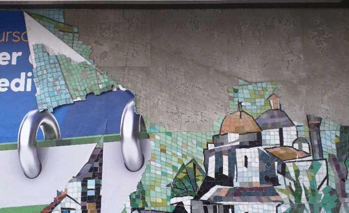 Reklam afişi kaldırılırken mozaiği de götürdü