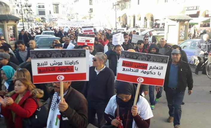 Tunuslu öğretmenler sokaklara döküldü