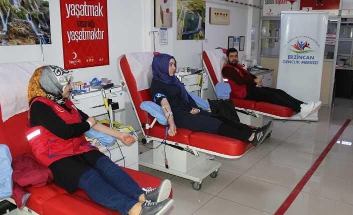 Gençler kan bağışladı