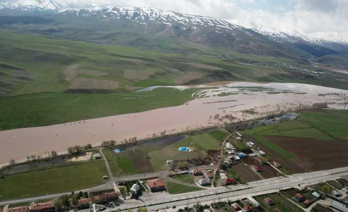 Erzincan'da yağmur, tarım arazilerini su altında bıraktı