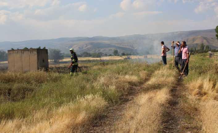 Arpa tarlasında çıkan yangın büyümeden söndürüldü
