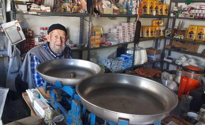 80 yıllık bakkal zincir marketlere direnmeye çalışıyor