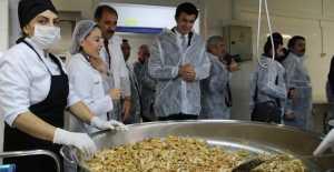 Bin 392 Öğrencinin Yemeği İtinayla Hazırlanıyor