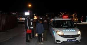 Sokağa çıkma yasağına caddede yakalanan kadının imdadına polisler yetişti