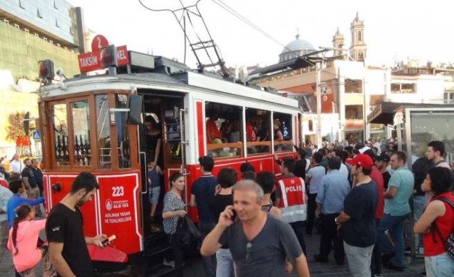 Nostaljik tramvayda 'ayağa basma' kavgası kamerada