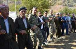 Sınırda asker ve vatandaş kol kola halay çekti