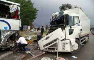 Kamyon yolcu otobüsüne çarptı: 7 yaralı