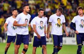 Fenerbahçe ısınmaya pankart ve Lefter tişörtüyle...