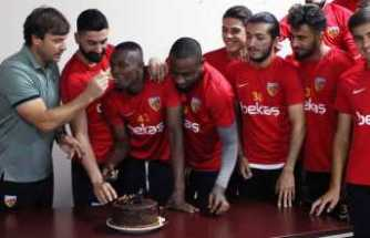 Mensah'a sürpriz doğum günü sürprizi
