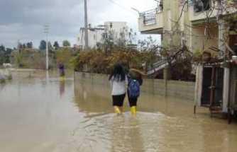 Dere ve kanallar taştı: Sokaklar göle döndü