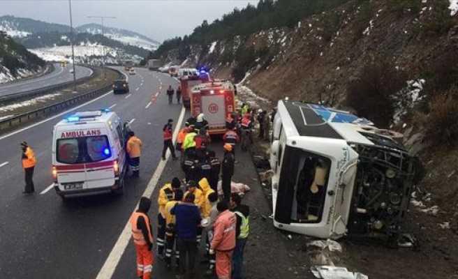 Anadolu Otoyolu'nda yolcu otobüsü devrildi: 2 ölü, 20 yaralı