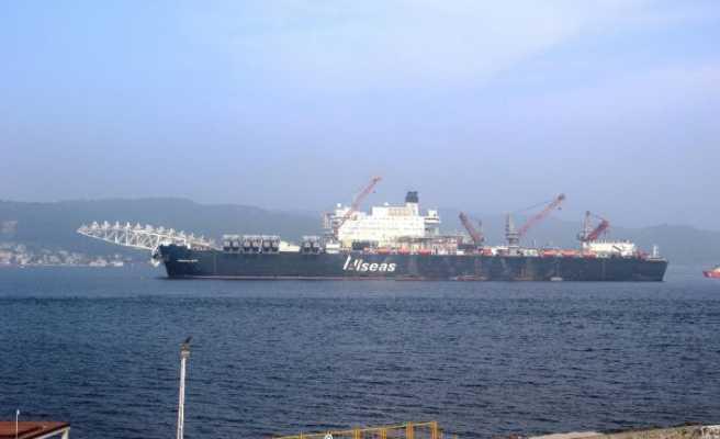 Dev inşaat gemisi Çanakkale Boğazı'ndan geçti