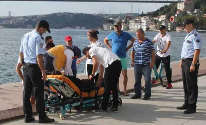 Denize atlayan genç kız oltayla kurtarıldı