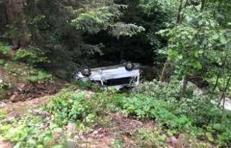 Minibüs dereye yuvarlandı: 15 yaralı