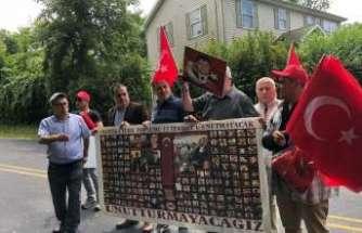 Terörist başı Gülen malikanesinin önünde protesto edildi