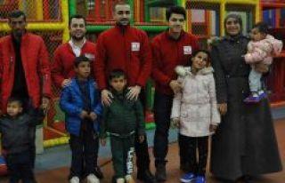 Suriyeli kardeşler ilk kez lunaparka gitti