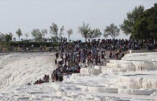 Pamukkale'yi 2 saate 7 bin kişi ziyaret etti