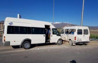 İşçi taşıyan minibüsler çarpıştı: 8 yaralı
