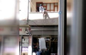 Çuvala doldurulan eşyaları balkondan iple taşıdılar
